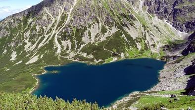 Widok na Czarny Staw Gąsiennicowy z przełęczy Karb